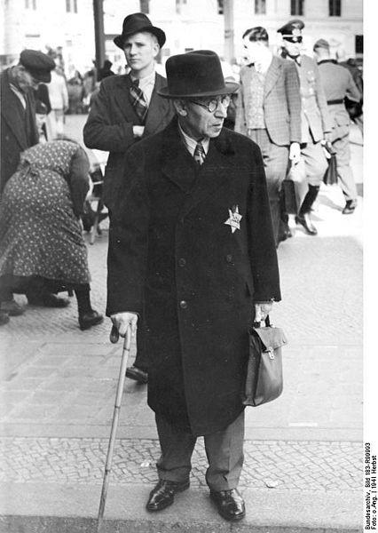 Jewsih man 426px-Bundesarchiv_Bild_183-R99993,_Jude_mit_Stern_in_Berlin